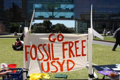 fossil-free-sign-at-USYD-photo-from-Fossil-Free-USYD-facebook-page-e1417748875636